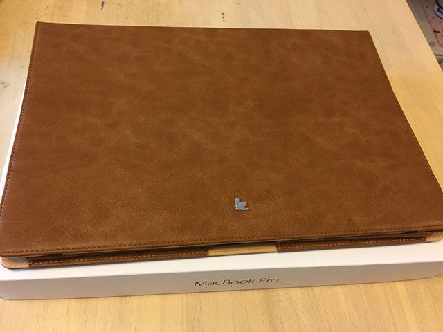 Macbook Pro Retina15 ケース Jisoncase® case for マックブッ クプロ カバー PUレザー ファッション ブック型 薄型 防塵 スタンド機能 通風孔付き 放熱構造 耐摩擦 耐汚れ 手作り ハンドメイド 全三色 生涯保障(ブラウン JS-PRO-08R20)