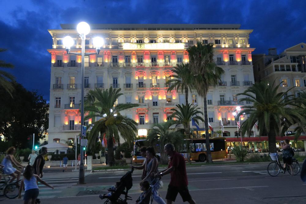 夜のウエストエンドホテルプロムナード・デ・ザングレ