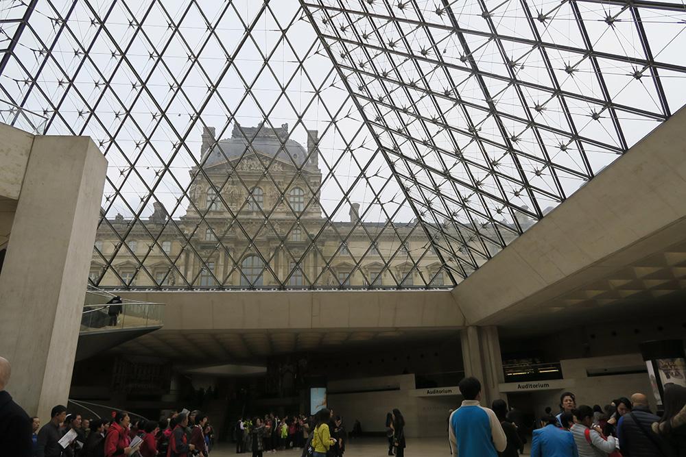 ルーブル美術館 ピラミッドの下