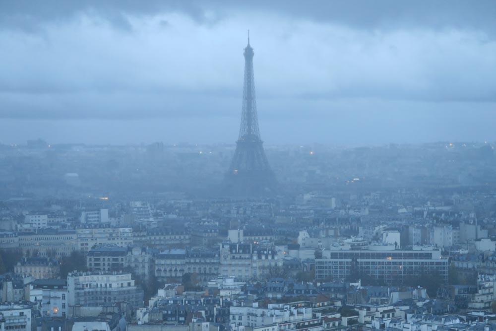 曇った日のエッフェル塔