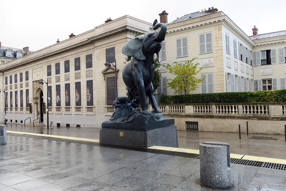 オルセー美術館の前にいるオブジェ 象