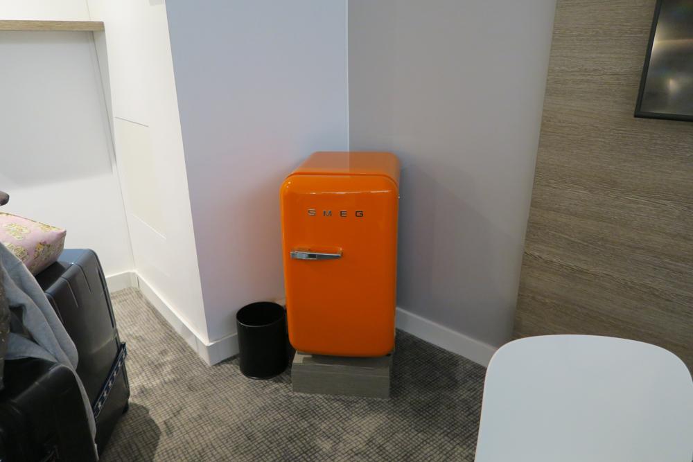 メルキュール パリ ガル モンパルナス(Mercure Paris Gare Montparnasse) オレンジ色の冷蔵庫
