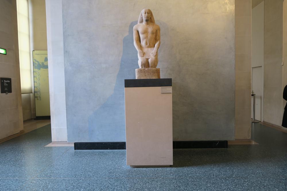 ルーブル美術館 祈るネクトホルヘブの彫像