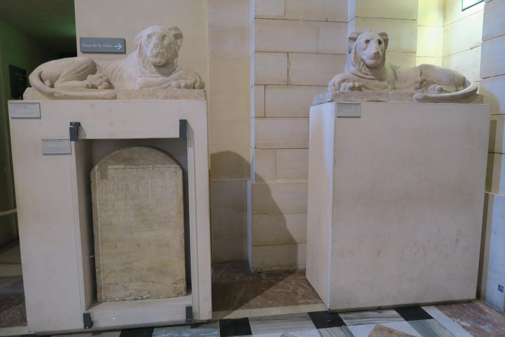 ルーブル美術館 サッカラにあるセラペウム礼拝堂入口を守衛するライオン
