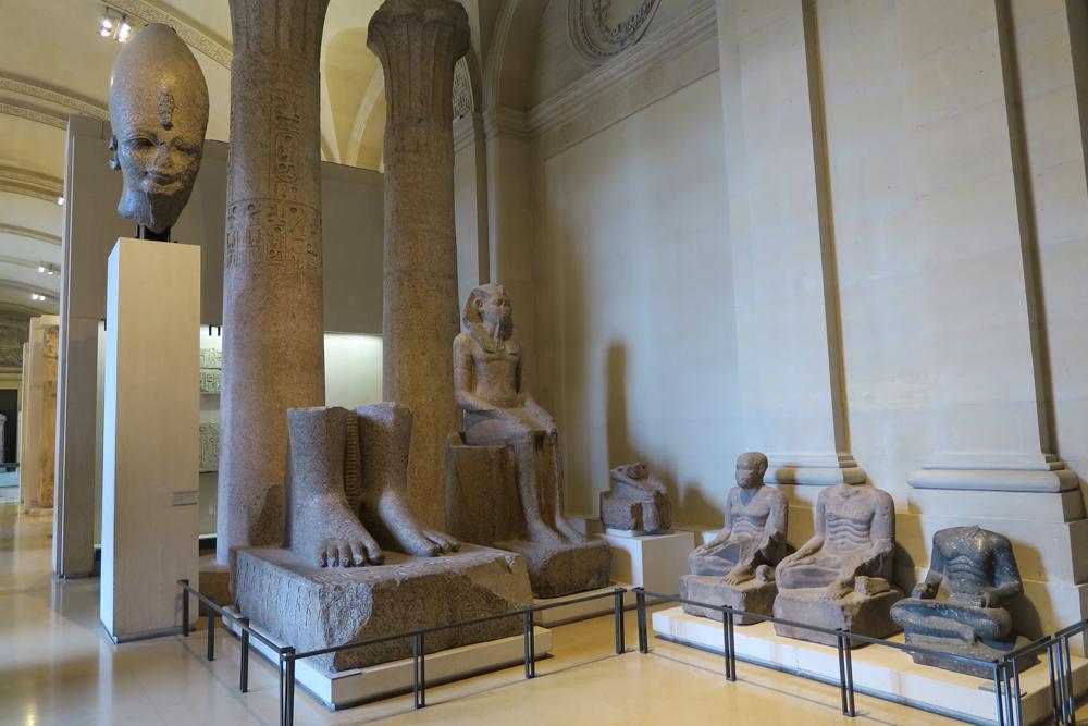 アメンヘテプ3世の巨像の頭部 アメンヘテプ3世の名を刻む巨像の足と台座
