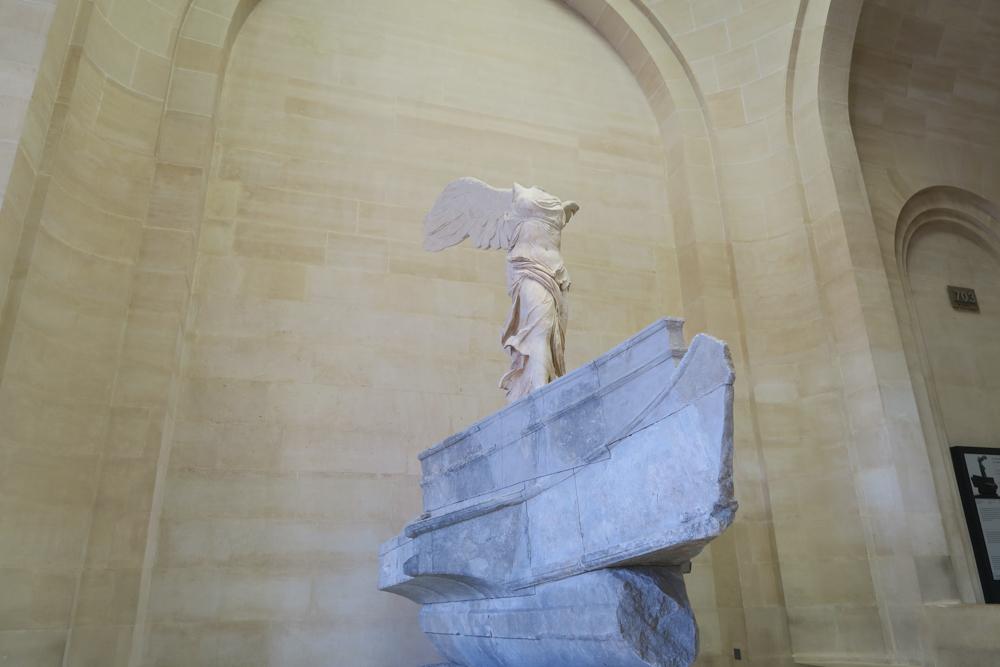ルーブル美術館 サモトラケのニケ 横