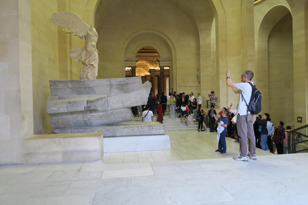 ルーブル美術館 サモトラケのニケ 記念撮影