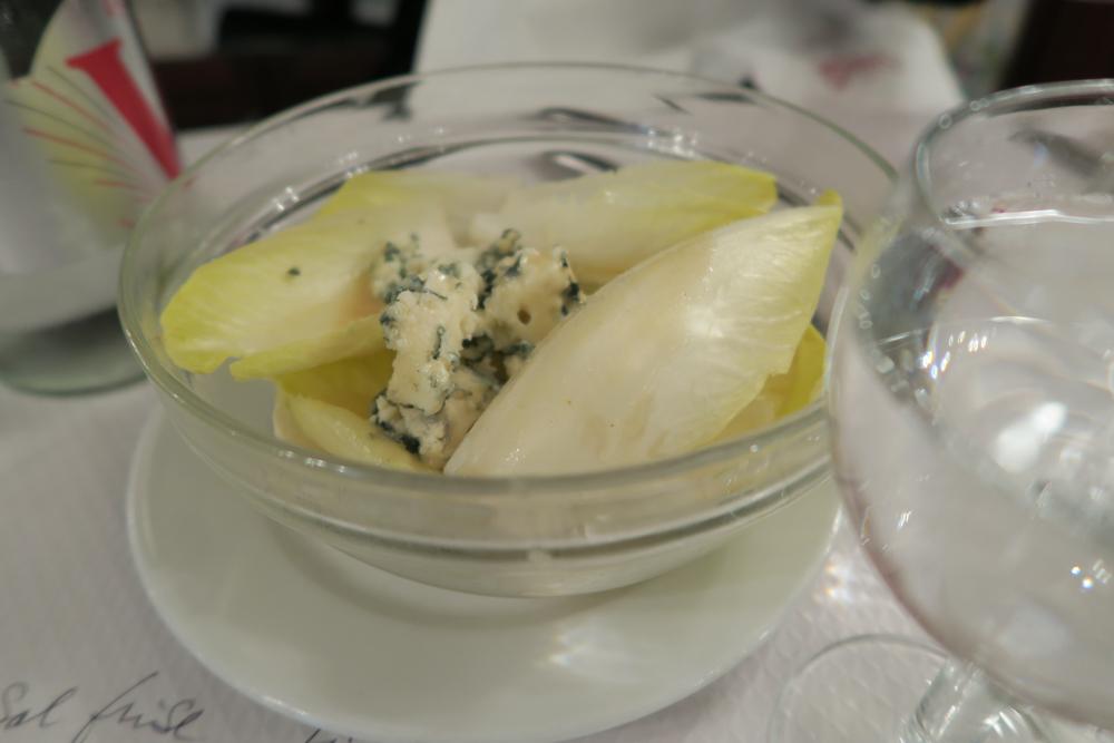 ブイヨンシャルティエ 白菜らしき野菜とブルーチーズのサラダ