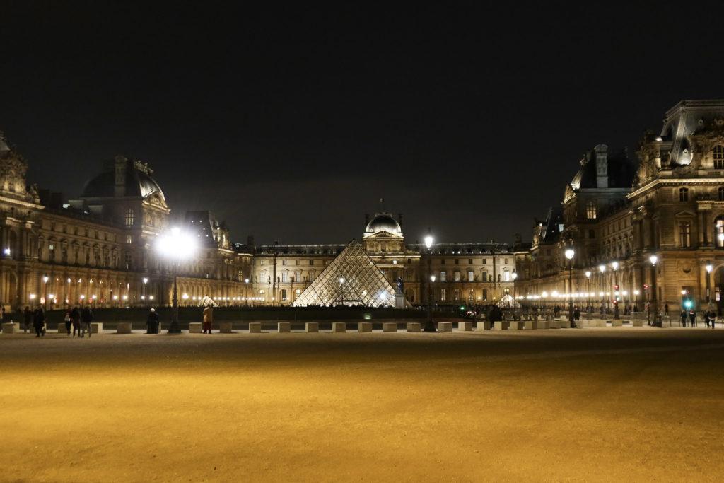 ルーブル美術館 20時頃の夜景