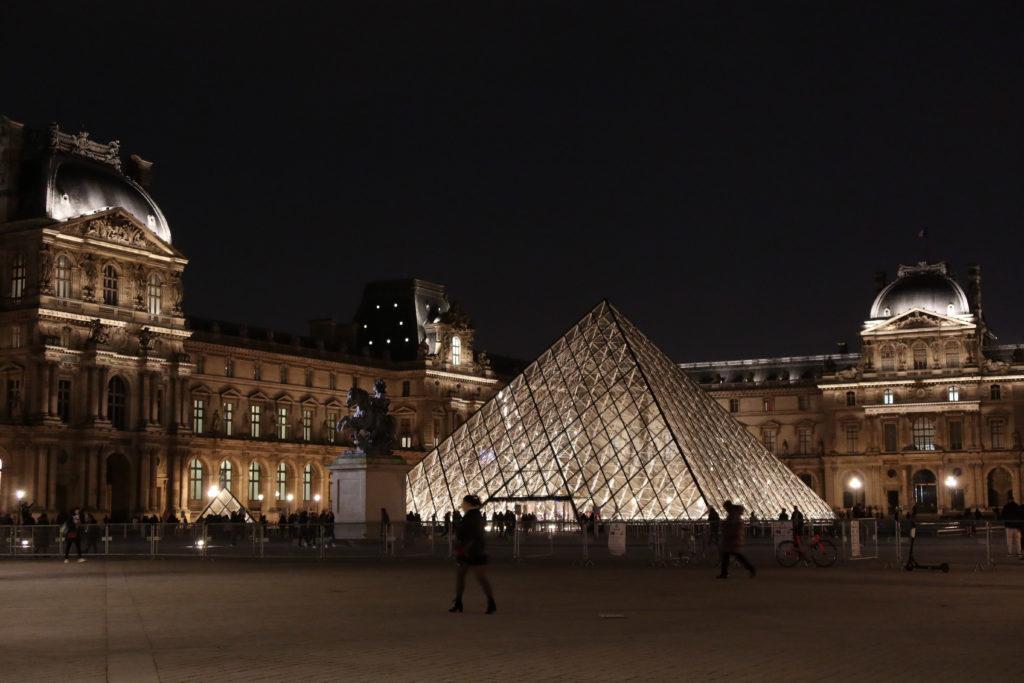 ルーブル美術館 ピラミッド 20時頃の夜景