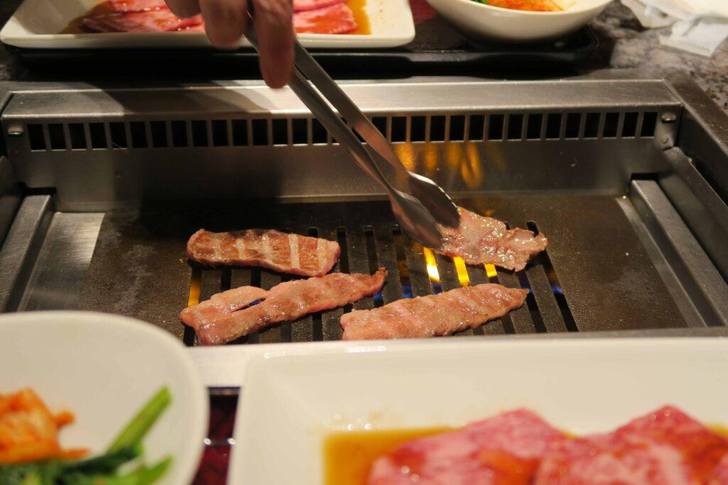 焼肉チャンピオン羽田 お肉を焼いているところ